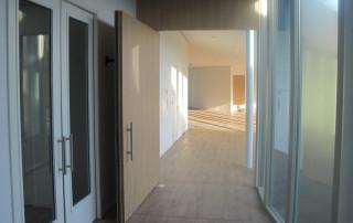 Ferme-porte au sol WAB 180 sur porte pivotante ouverte