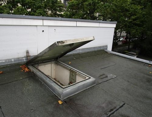 Ressorts à gaz ouvrent une trappe de toit doucement et sans effort
