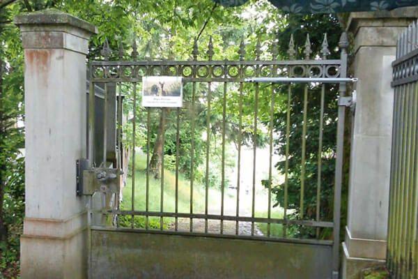 Le ferme-porte DIREKT est facile à monter et assure qu'aucune porte ne restera plus ouverte.
