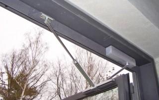 Amortisseur-limiteur d'ouverture avec ferme-porte