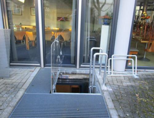 Deuxième issue de secours – des ressorts à gaz ouvrent la trappe de sortie en cas d'urgence