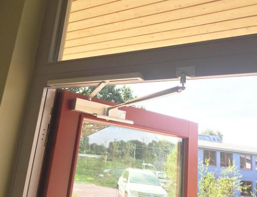 Amortisseur-limiteur d'ouverture travaille main dans la main avec un ferme-porte à coulisse