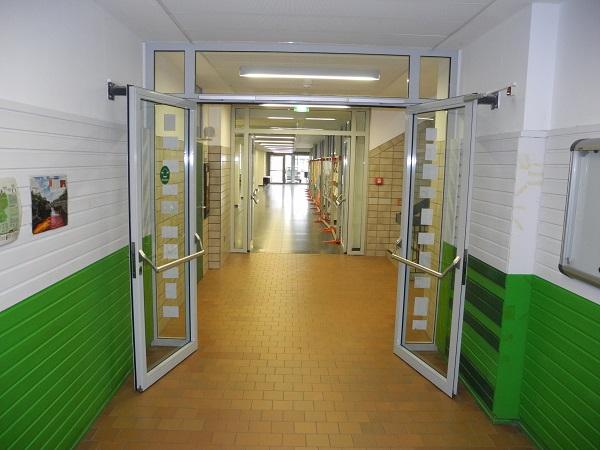 Porte coupe-feu avec ventouse électromagnétique dans une école - Quickborn