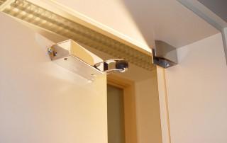Amortisseur de porte R 1400 horizontal en porte d'interieur ouverte
