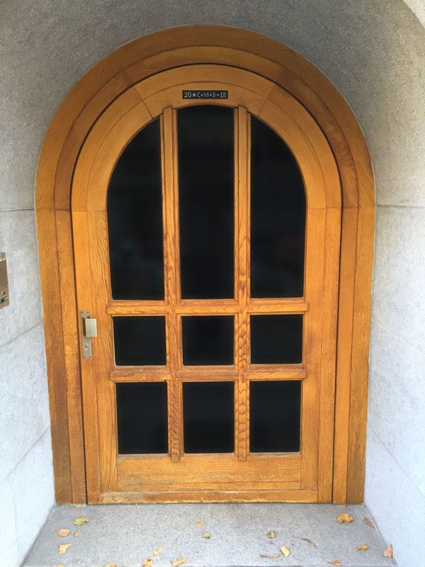 Ferme-porte pour des portes en plein cintre