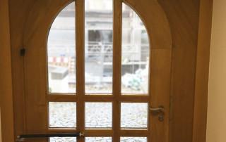 Ferme-portes DIREKT en porte arquée