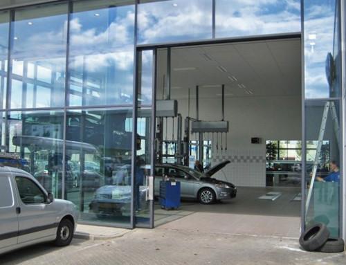 Porte de l'atelier automatisée chez le concessionnaire