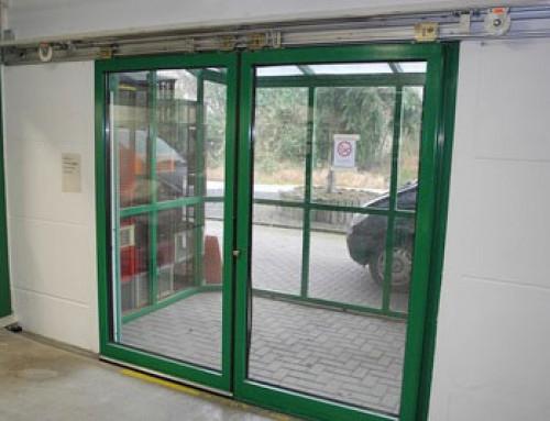 Ferme-porte pour des portes coulissantes en alternative économique à une motorisation