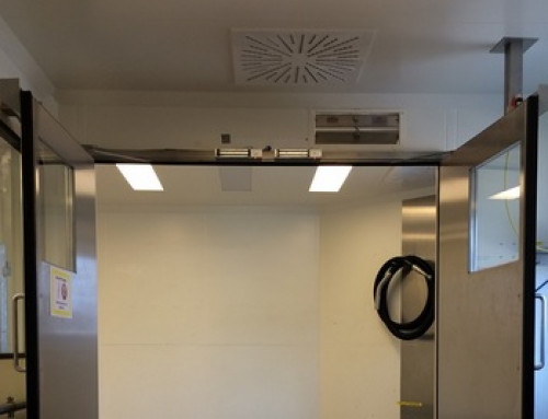 Les portes d'un sas avec ferme-portes doivent rester ouvertes quand on passe par elles avec du matériel