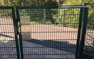 Ferme-porte DIREKT sur clôture d'une crèche
