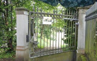 Ferme-porte DIREKT sur porte d'un cimetière