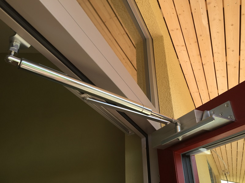 Auch beim Öffnen und Schließen der Tür kommen sich der Hebel des Gleitschienentürschließers und der Türöffnungsbegrenzer nicht in die Quere