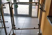 Ferme-porte tubulaire RTS sur portail d'accès à une piscine