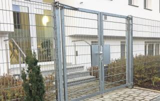 Ferme-porte DIREKT sur clôture