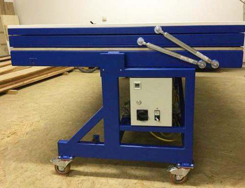 Travail d'équipe de ressorts à gaz dans une presse sous vide à membrane