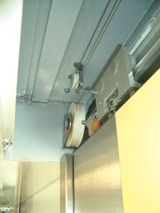 Le ferme-porte pour portes coulissantes DICTAMAT 50 s'adapte aux données.