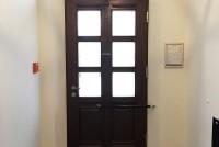 Porte de la maison avec ferme-portail DIREKT