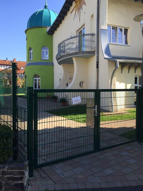 Gate with gate closer DIREKT