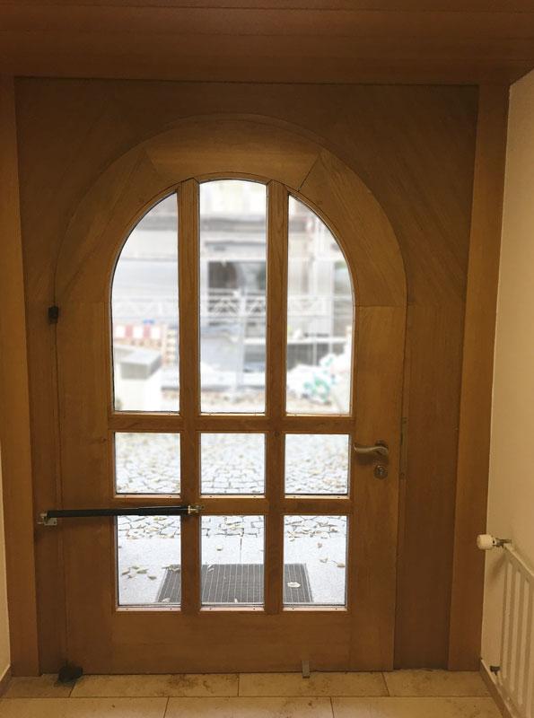 Jusqu'à il y a peu un écriteau rappelait de toujours fermer la porte – il n'est pas possible de monter un ferme-porte sur un arc en plein cintre si caracterisé.